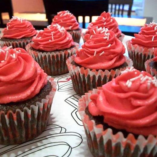 Čokoládové cupcaky srůžovým krémem