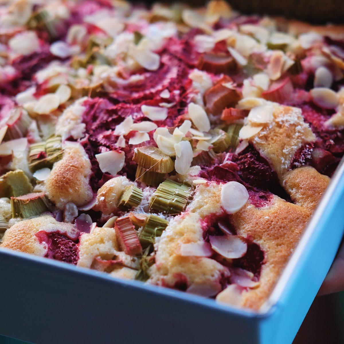 Rebarborovo – jahodový šlehačkový koláč
