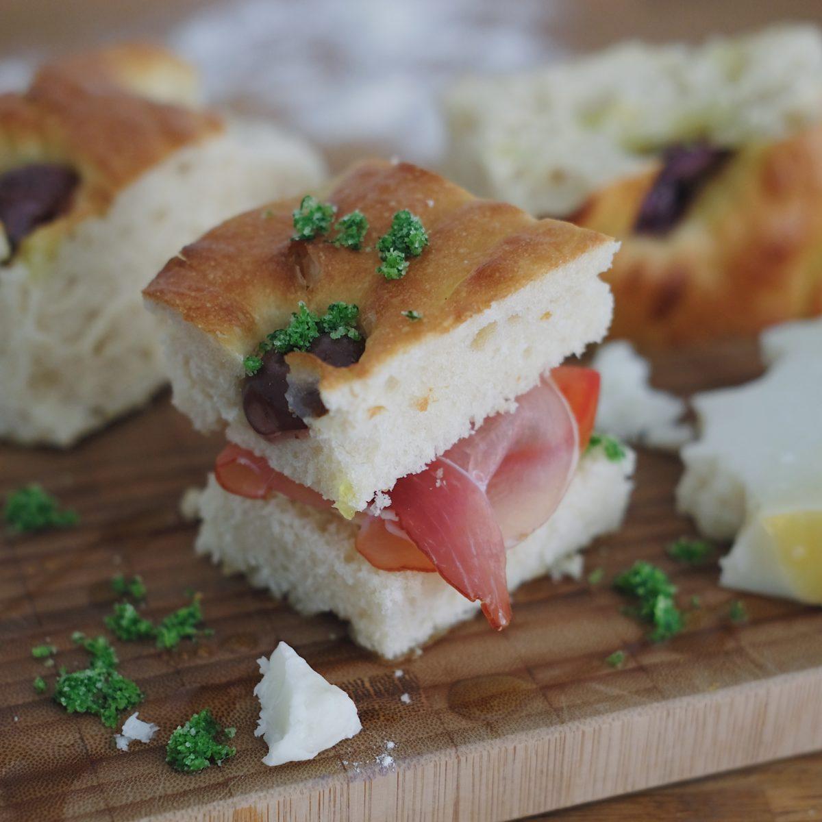 Jednoduchý světlý chléb solivami