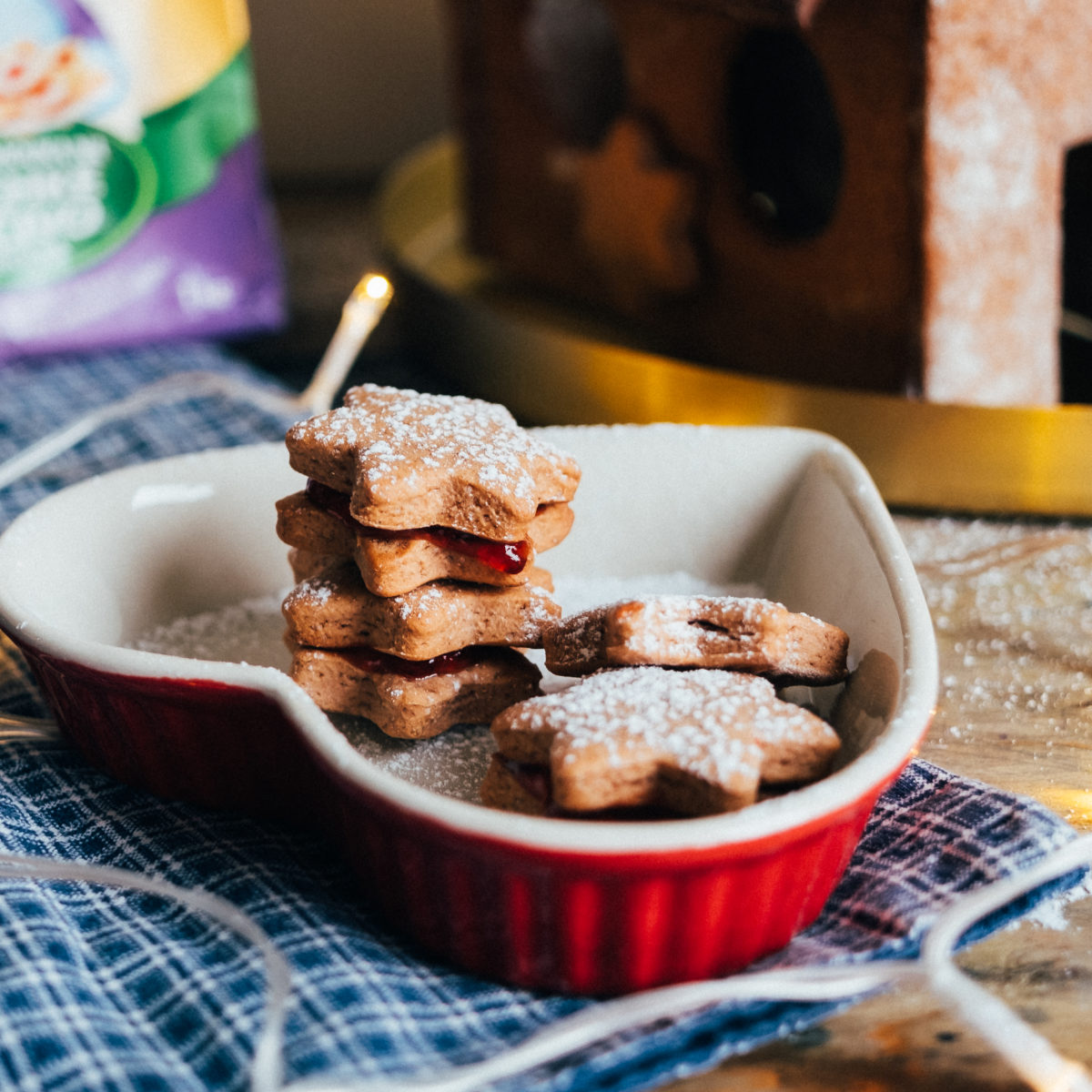 Medovo-skořicové sušenky lepené marmeládou
